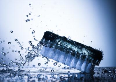 Handbuerste Wasserspritzer Produktfotografie