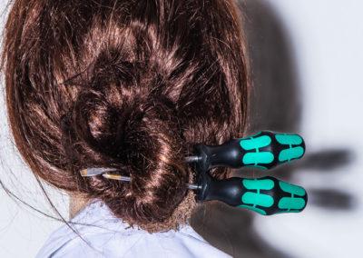 Schraubenzieher als Haarschmuck Produktfotografie
